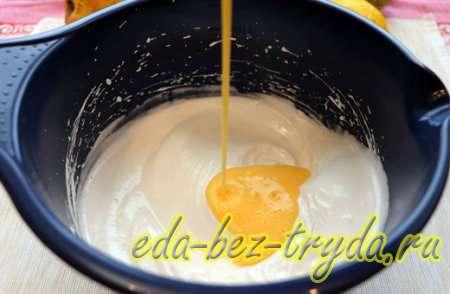 Добавляем в белок желток, сок лимона и соль