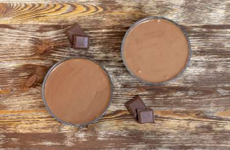 Разливаем шоколадный мусс по формам