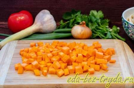 Морковь для лагмана нарезаем кубиками 3 шаг