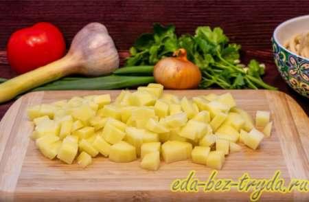 Картофель для лагмана нарезаем кубиками 7 шаг