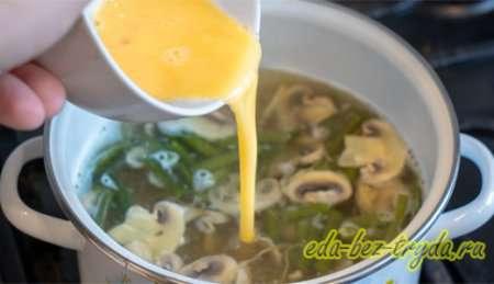 Вливаем яйцо в куриный суп 11 шаг