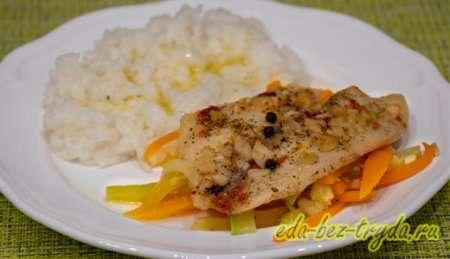 Рыба на овощной подушке в духовке